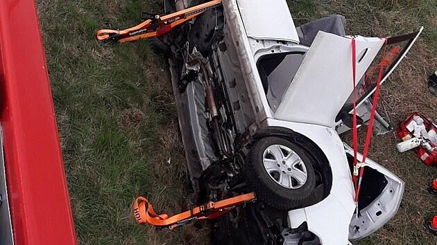 Po střetu s dodávkou u Všerub na Plzeňsku museli hasiči staršího řidiče z osobního auta vystříhat.