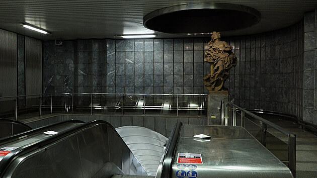 Socha Naděje ve vestibulu stanice Malostranská