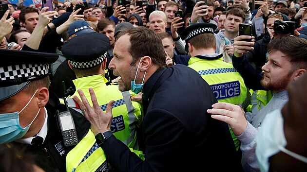 Petr Čech, člen vedení fotbalové Chelsea, se pokouší uklidnit fanoušky, kteří před stadionem protestovali proti Superlize.