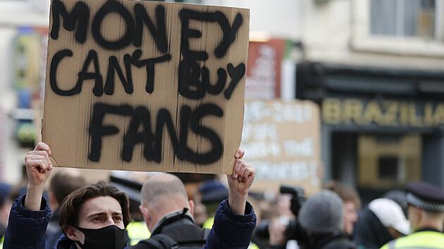 FANOUŠKY SI ZA PRACHY NEKOUPÍŠ. Příznivci Chelsea protestují proti fotbalové Superlize.