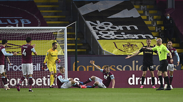 Rozhodčí Anthony ukazuje na penaltu pro Burnley, Tomáš Souček (číslo 28) z West Hamu se hodně diví.