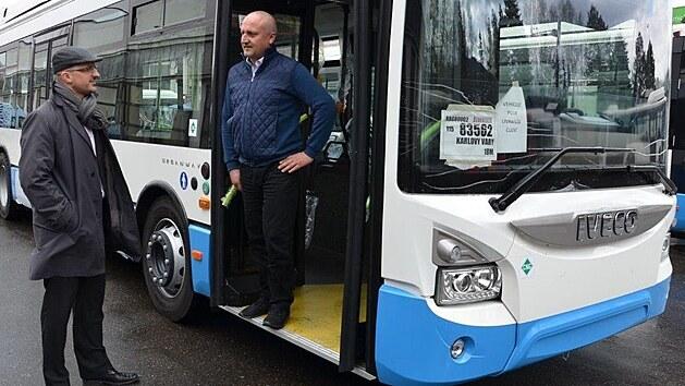 Nové autobusy karlovarského dopravního podniku zlepší kvalitu cestování v regionu. Jsou ekologičtější a pohodlnější pro cestující.