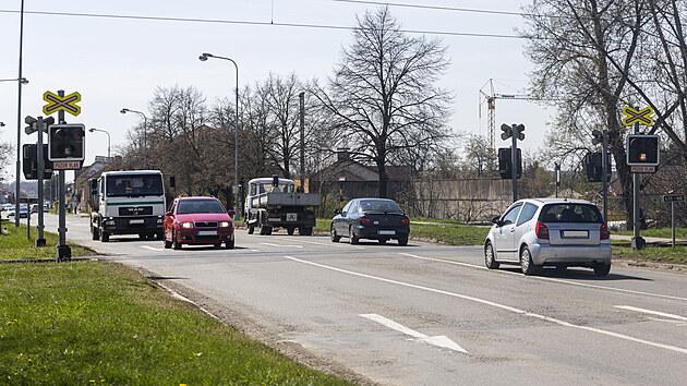 Správa železnic plánuje lepší zabezpečení na přejezdech v Olomouckém kraji. Na snímku přejezd v Olomouci na frekventované ulici Dolní Novosadská, kterı by měl bıt osazen závorami v příštím roce.