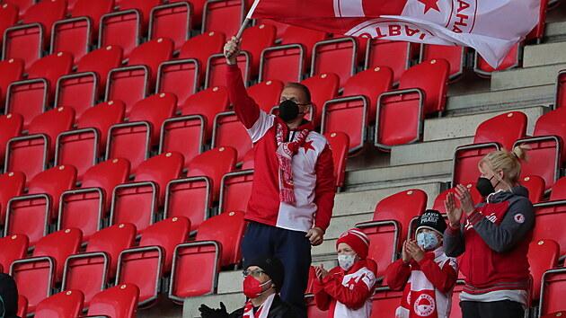 Fanoušci sledují zápas Slavie proti Plzni.