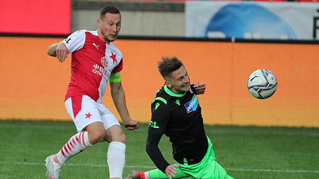 Kapitán Slavie Jan Bořil (vlevo) sleduje balon.