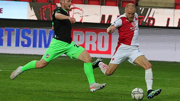 Mick van Buren (vpravo) ze Slavie se napřahuje k zakončení v zápase proti Plzni.