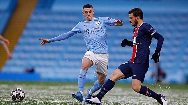 Alessandro Florenzi z Paris St. Germain odehrává míč před Philem Fodenem z Manchesteru City.