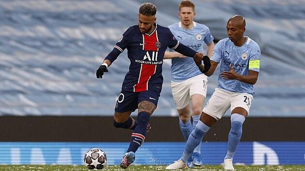 Neymar (PSG) napřahuje, brání ho Fernandinho z Manchesteru City.