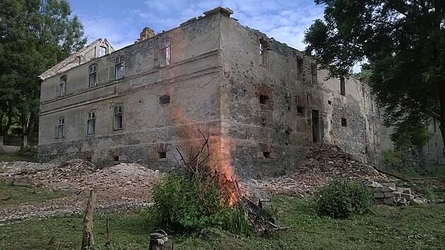 Pohled na část mlına před opravou. Místo je už ale zbavené náletů, které tu za desítky let chátrání stavby rostly.