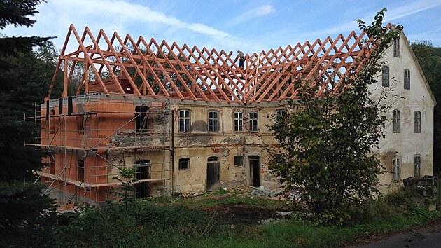 Jako první musela přijít na řadu střecha. Poslední majitel mlına totiž některé části krovu odřezal a trámy si topil. Jeho zásahy tak po roce 2000 napomohly k propadu střechy a zřícení částí zdí.