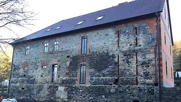 Snímek z doby, když už měla stavba novou střechu a nebyla takovım zbořeništěm.