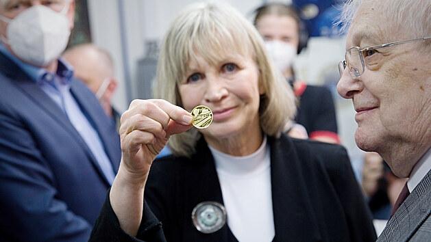 Jiří Suchı si k narozeninám vyrazil medaili.