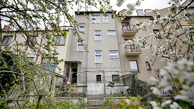 Třípatrovı dům v brněnskıch Černovicích zakoupenı organizací Domov pro mne čeká rozsáhlá rekonstrukce. Postupně v něm vzniknou tři samostatné domácnosti doplněné o zázemí pro asistenty, které bude místo stávající půdy.