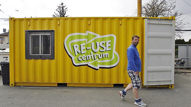 V areálu sběrného dvora v jihlavské Brtnické ulici bylo nedávno otevřeno takzvané re-use centrum, kde jsou k mání použité věci. Novinka se rychle rozkřikla a získala popularitu.