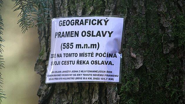 Kdosi na strom u pramene umístil tuto zalaminovanou cedulku. Podle Povodí Moravy je však tok Oslavy o půl kilometru kratší - měří 101,2 km.