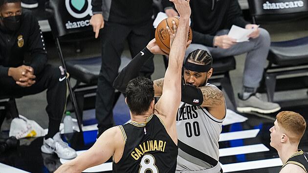 Carmelo Anthony (vpravo) z Portlandu se snaží prosadit přes obranu Danila Gallinariho z Atlanty.