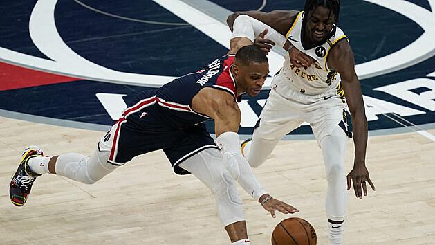 Russell Westbrook (vlevo) z Washingtonu bojuje o míč s Justinem Holidayem z Indiany.