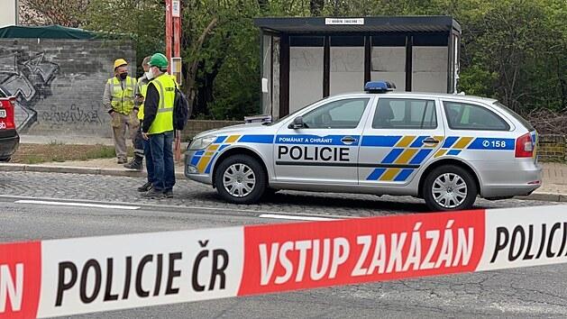 Únik plynu uzavřel Kamıckou ulici v pražském Suchdole. (4.5.2021)