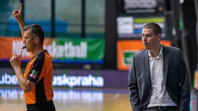 Rozhodčí Petr Hruša (vlevo) a Dino Repeša, trenér USK Praha