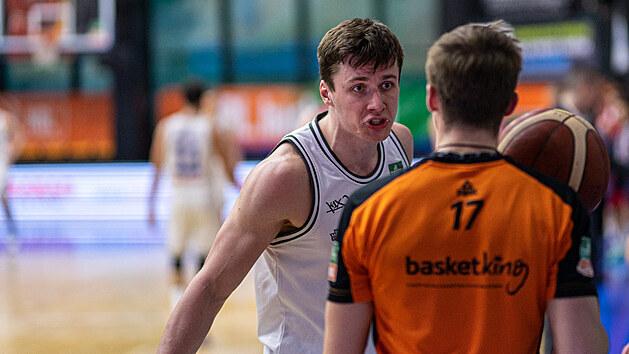 Ondřej Sehnal z USK Praha vzdoruje rozhodčímu.