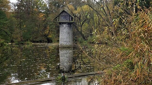 Chaloupka na pilíři uprostřed vodní hladiny u  Mantova na Plzeňsku se stala turistickou atrakcí.