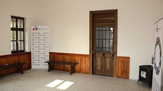 V čekárně drážního domku ve Slezskıch Rudolticích se zachovalo i předválečné vıdejní okno.