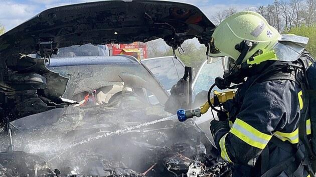Požár osobního auta v Kunčičkách u Bašky. (8. května 2021)