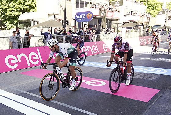 SLOVENSKÉ VÍTĚZSTVÍ. Peter Sagan si jede pro triumf v desáté etapě italského...