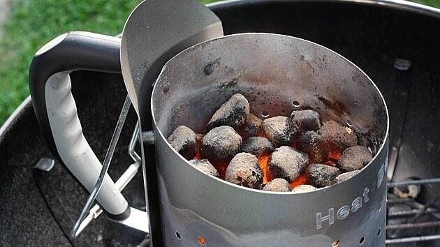 Komínovı startovač usnadní zapalování dřevěného uhlí.
