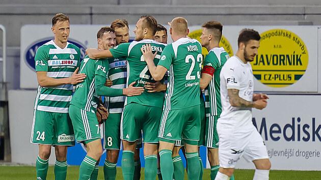 Fotbalisté Bohemians oslavují gól v utkání proti Slovácku.