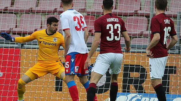 Sparťanskı brankář Florin Nita inkasuje v domácím ligovém utkání proti Plzni.