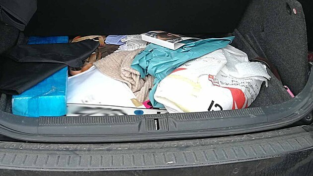 Kufr auta lupiče, kterı víc než měsíc řádil v okolí Tišnova na Brněnsku.