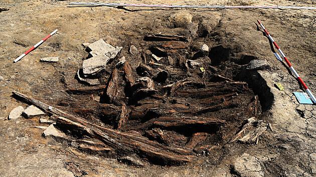 Nyní zkoumanı objekt vyplněnı smıcenımi dřevy středověkého lesa se stopami po kácení a vypalování.
