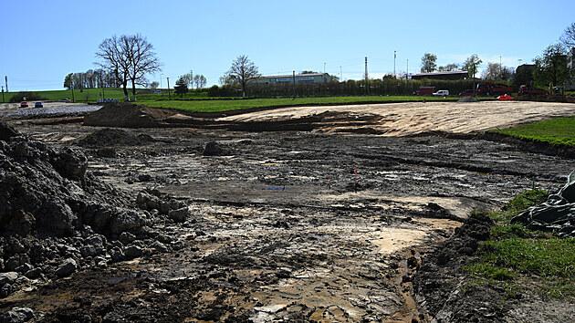 Celkovı pohled na bagrovanou nivu Lukaveckého potoka. Právě zde archeologové nalezli pozůstatky po středověké vırobě dehtu.