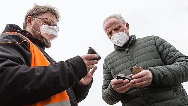 Archeolog Petr Duffek (vlevo) s jedním z nálezů, jež se u Lukavce podařilo objevit.
