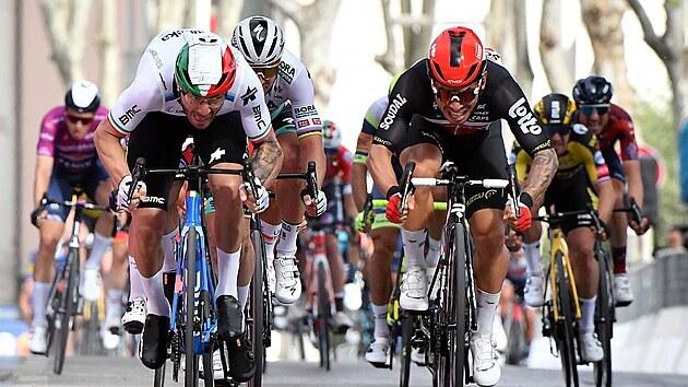 Australan Caleb Ewan (vpravo) se řítí za vítězstvím v 5. etapě Gira v souboji s...