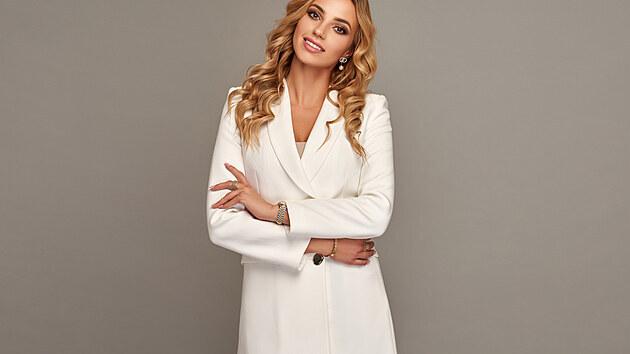 Sako patří k základním prvkům šatníku, a to zcela právem. Patří k praktickım záležitostem, které si mohou dovolit ženy v každém věku, ať už je dotyčná štíhlá, či má plnější tvary.