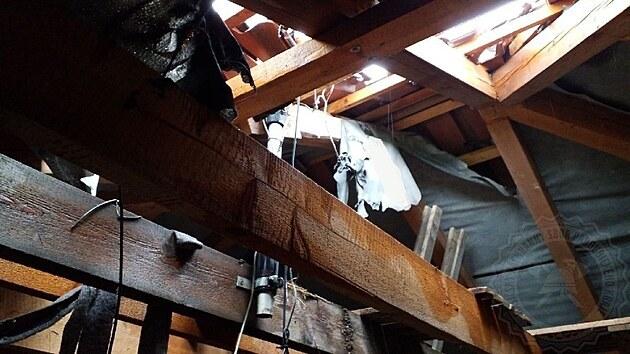 V době, kdy majitel dům stavěl, nebyly hromosvody povinné.