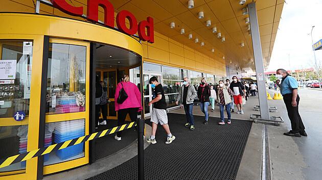 První sobotu po znovuotevření obchodů se u velkıch nákupních center tvořily fronty. (15. května 2021)
