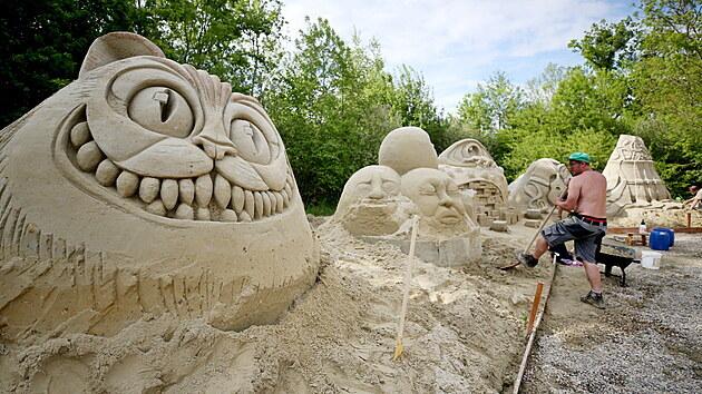 Až pět metrů vysoké jsou sochy, které z písku tvoří umělci v Lednici. Tématem letošního ročníku je  Cesta do fantazie aneb surrealismus.