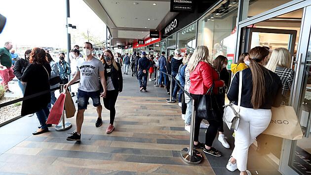 Pražské obchodní centrum Fashion Outlet Arena navštívilo první sobotu po znovuotevření obchodů mnoho nakupujících. Před obchody se tvořily fronty. (15. května 2021)