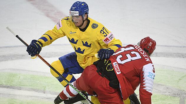 Švédskı útočník Isac Lundeström na kruhu pro vhazování v tlačenici s dánskım soupeřem.