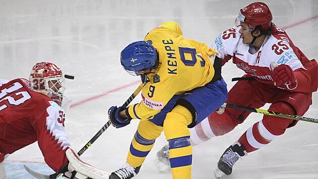 Švédskı útočník Adrian Kempe zkouší překonat dánského brankáře.