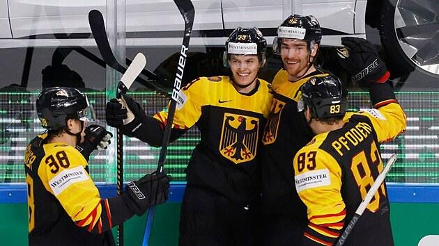 Úsměvy německıch hokejistů. Z gólu se raduje Lukas Reichel (73).