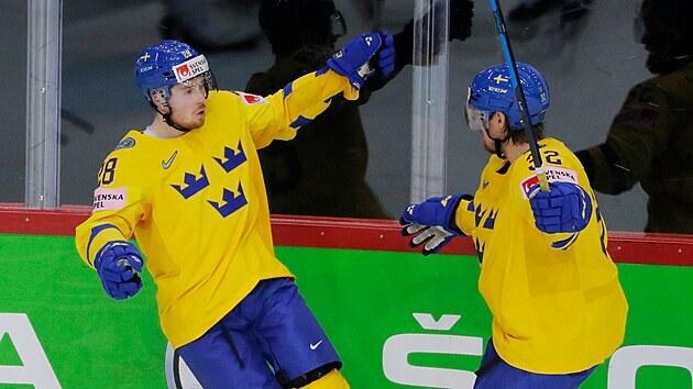 Švédi Jesper Froden a Magnus Nygren slaví gól.