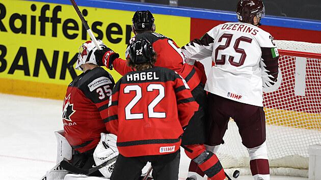 Kanadskı brankář Darcy Kuemper čelí za pomoci spoluhráčů aktivitě Mikse Indrašise z Lotyšska.