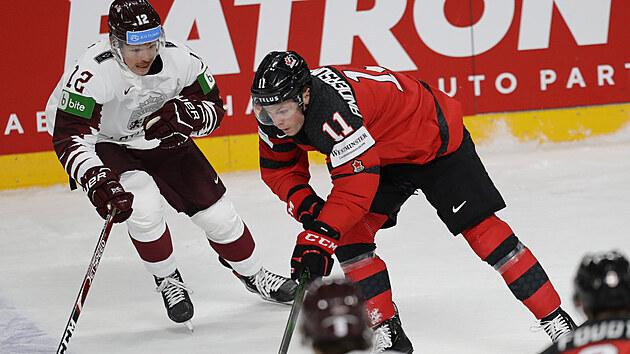 Lotyš Rihards Marenis (vlevo) se snaží zastavit , Jareta Andersona-Dolana z Kanady.
