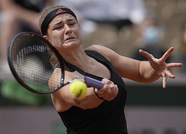 Karolína Muchová se soustředí na forhend ve třetím kole Roland Garros.