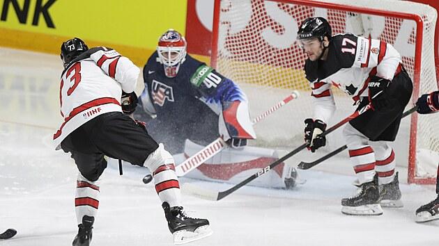 Kanadskı forvard Brandon Pirri (vlevo) otevírá skóre v semifinále se Spojenımi státy, gólman USA Cal Petersen na jeho ránu nestačil.