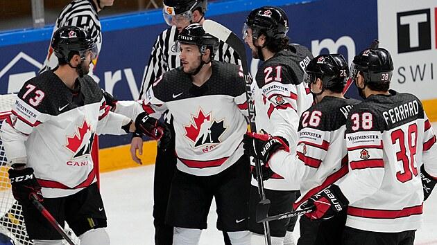 Brandon Pirri (vlevo) slaví se spoluhráči vedoucí gól Kanady.